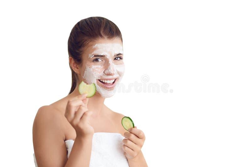 Lächelnde junge Frau, die eine Gesichtsmaske trägt stockfotografie