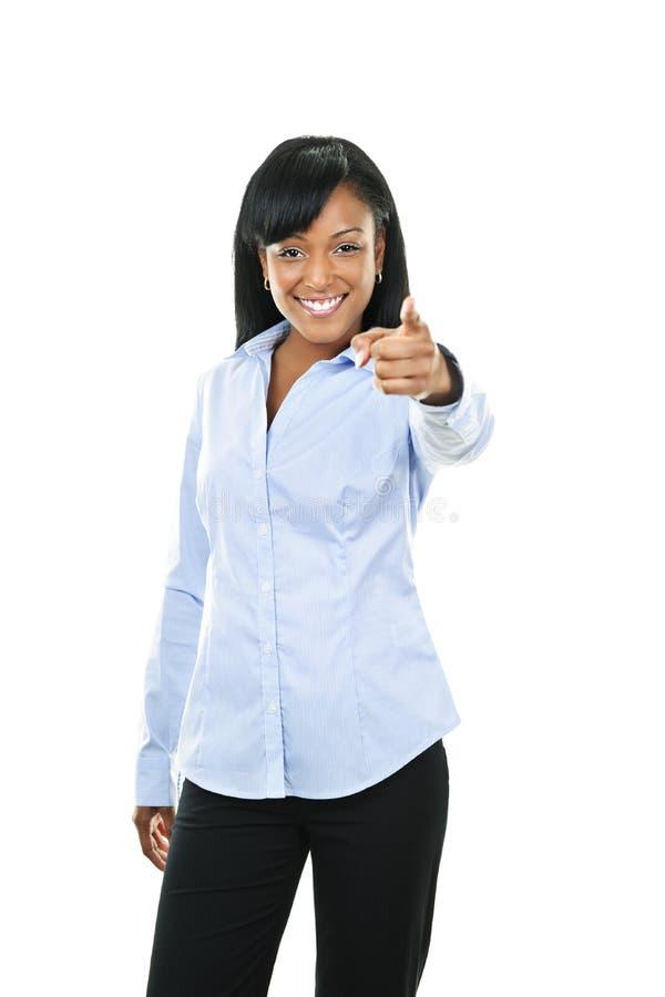 Lächelnde junge Frau, die Finger zeigt lizenzfreies stockfoto
