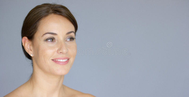 Lächelnde junge Frau im braunen Haar mit Kopienraum stockfotos