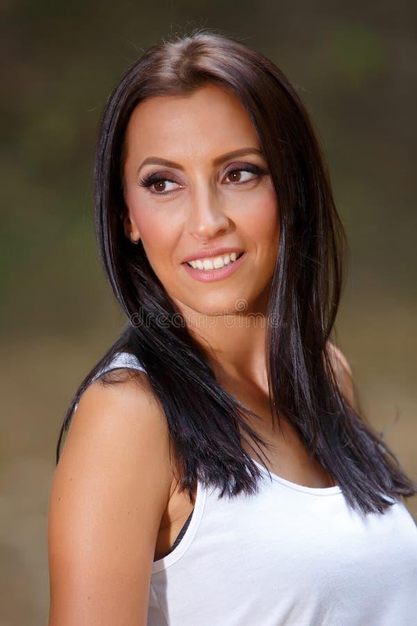 Lächelnde junge Frau im Park stockbilder