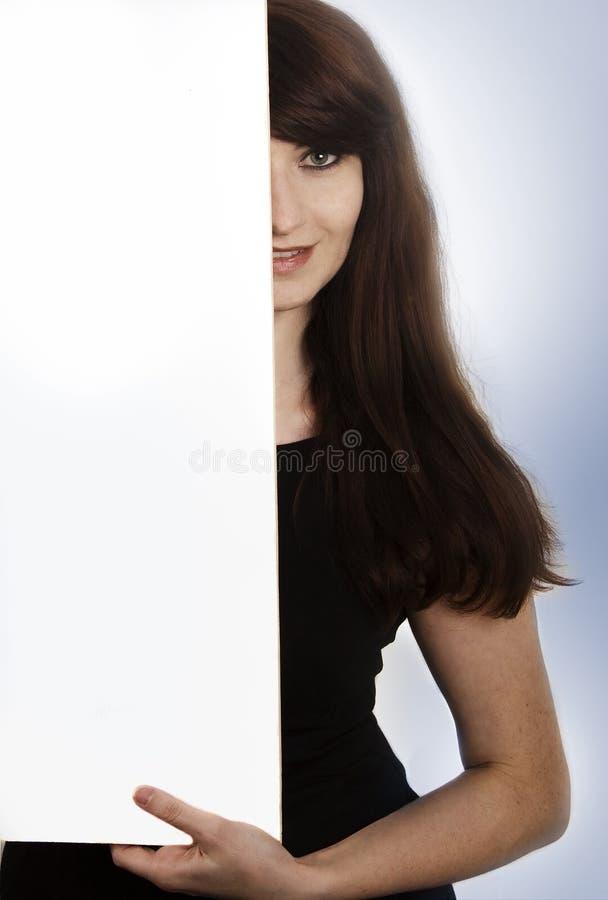 Lächelnde junge Frau mit einem leeren Brett lizenzfreie stockfotos