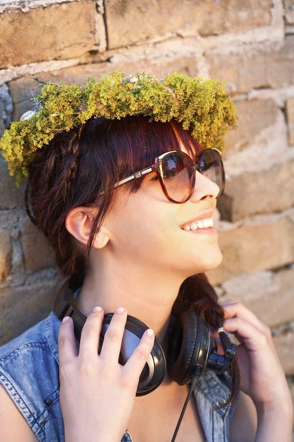 Lächelnde junge Frau mit Kopfhörern stockfoto