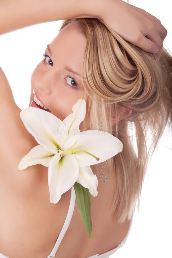 Lächelnde junge Frau mit natürlichen Blumen stockfotos
