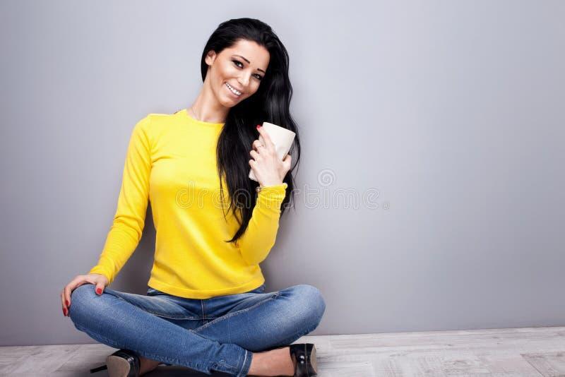 Lächelnde junge Frau mit Tasse Tee lizenzfreie stockfotos