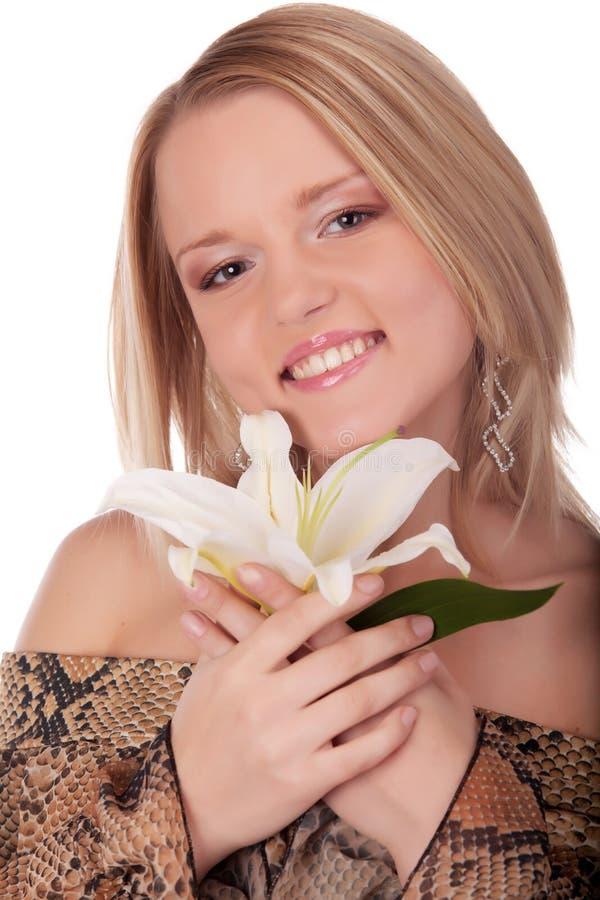 Lächelnde junge Frau mit weißer Lilie stockfoto