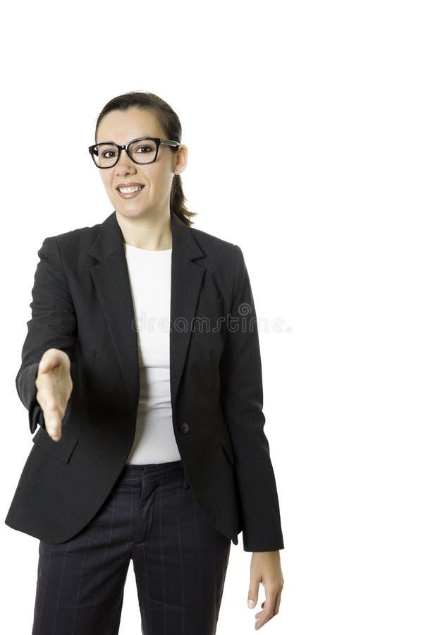Lächelnde junge Geschäftsfrau, die einen Händedruck anbietet lizenzfreie stockfotografie