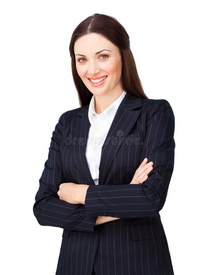 Lächelnde junge Geschäftsfrau mit den gefalteten Armen stockbilder