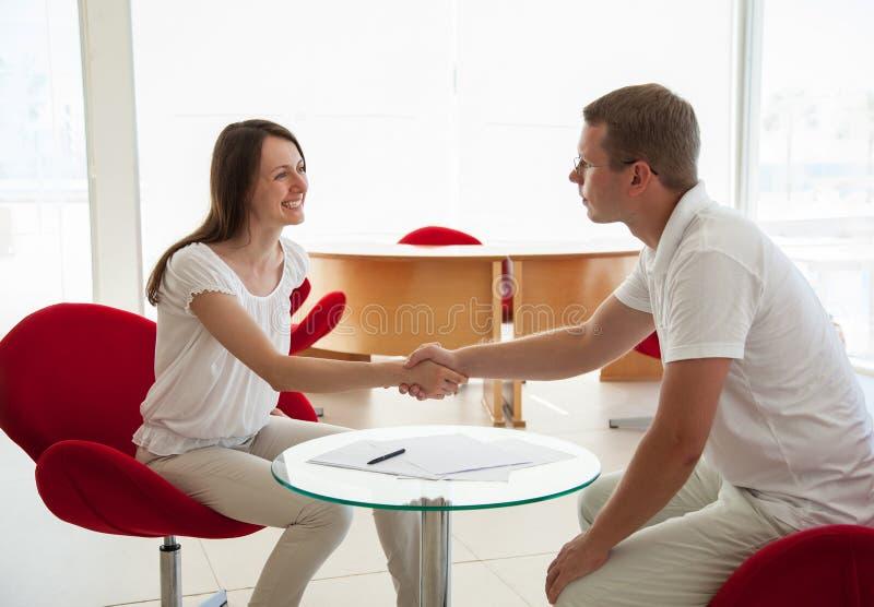 Lächelnde junge Geschäftsleute während der Teamwork lizenzfreie stockbilder