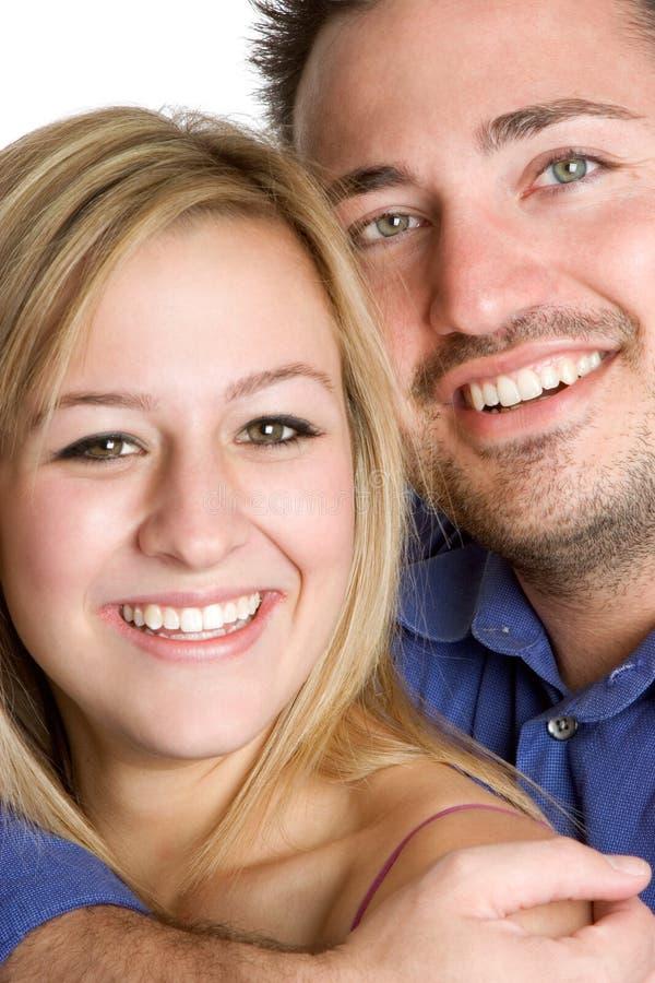 Lächelnde junge Paare stockfotografie
