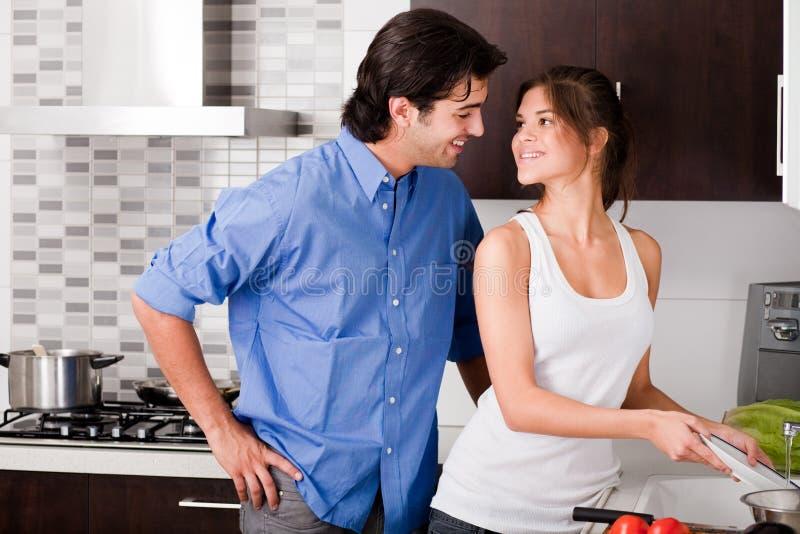 Lächelnde junge Paare in der Liebe lizenzfreie stockbilder
