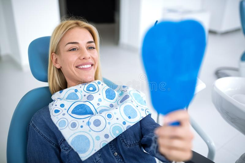 Lächelnde junge Schönheit am Zahnarztkrankenwagen stockfoto