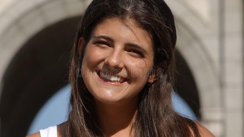 Lächelnde junge Spanierin oder Tourist stockfotografie