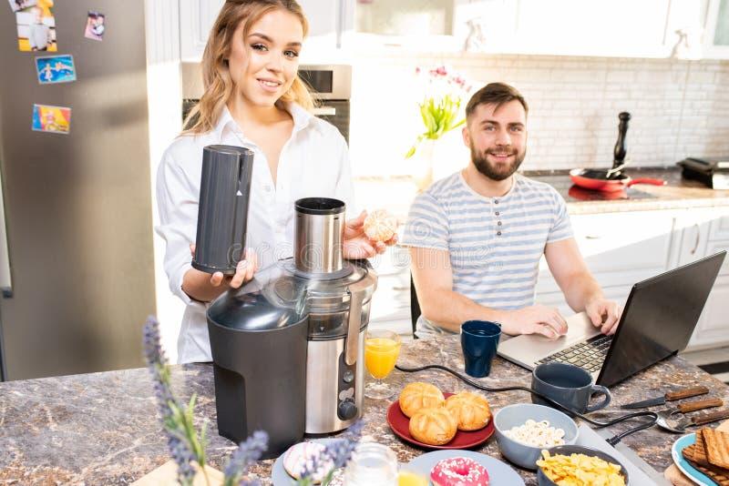 Lächelnde Junge verbinden in der Küche stockfoto