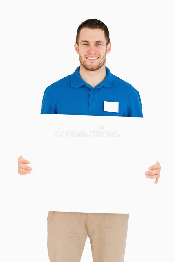 Lächelnde junge Verkäuferholdingfahne stockbild