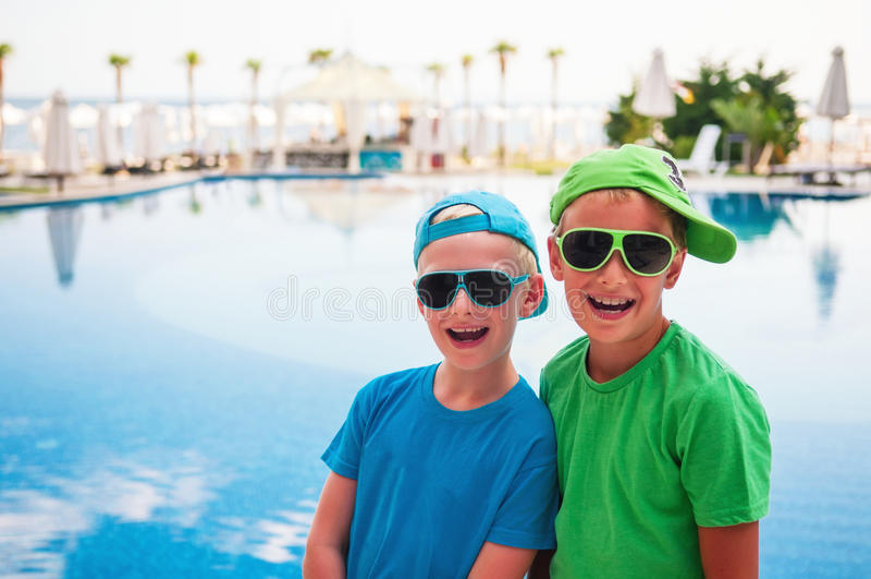 Lächelnde Jungen am Swimmingpool stockbilder