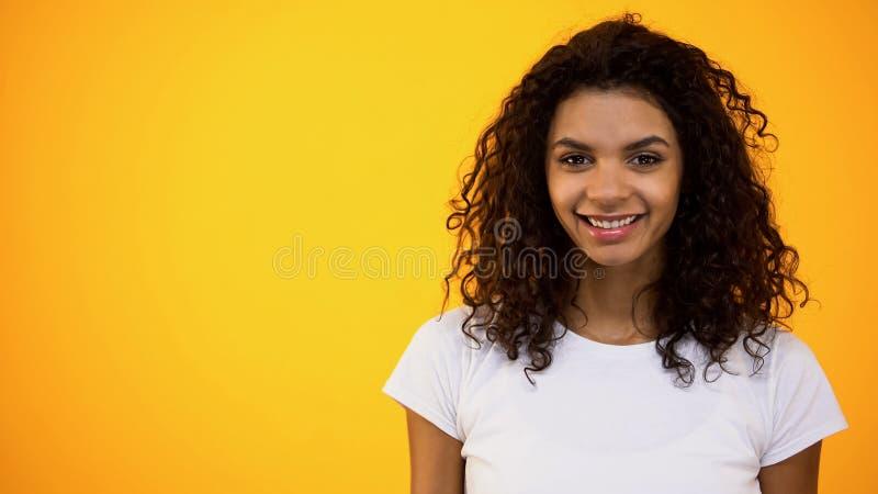 Lächelnde Kamera der frohen afroen-amerikanisch Frau, Studentin, Wellness, Weiblichkeit lizenzfreie stockbilder