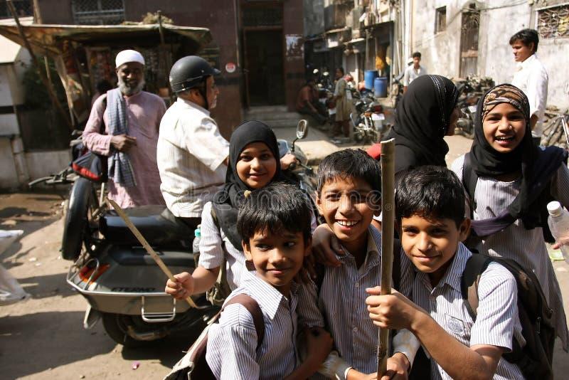 Lächelnde Kinder im moslemischen Viertel von Mumbai lizenzfreie stockfotografie
