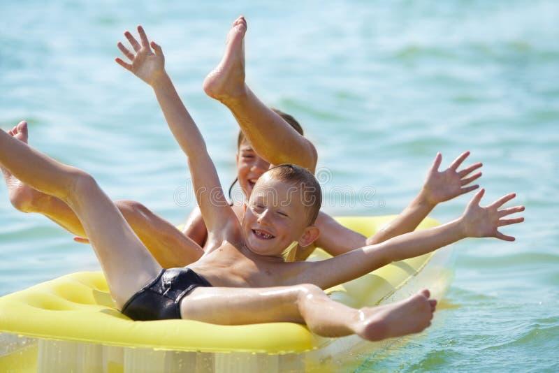 Lächelnde Kinder mit Luftbett stockbilder