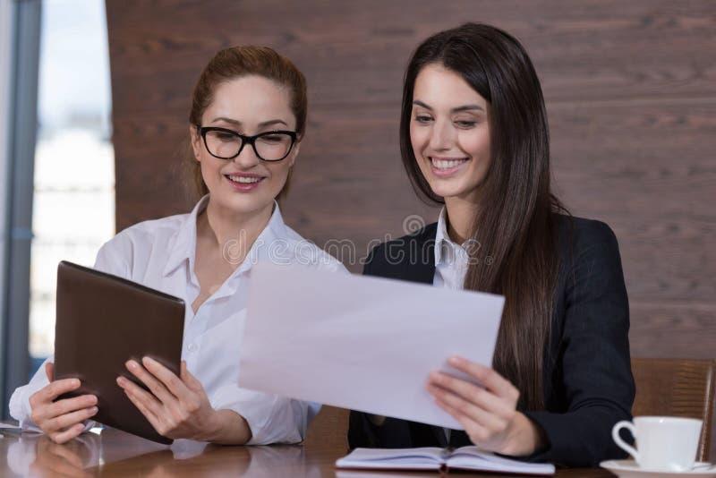 Lächelnde Kollegen, die Entscheidungen über Projekt treffen lizenzfreie stockfotos