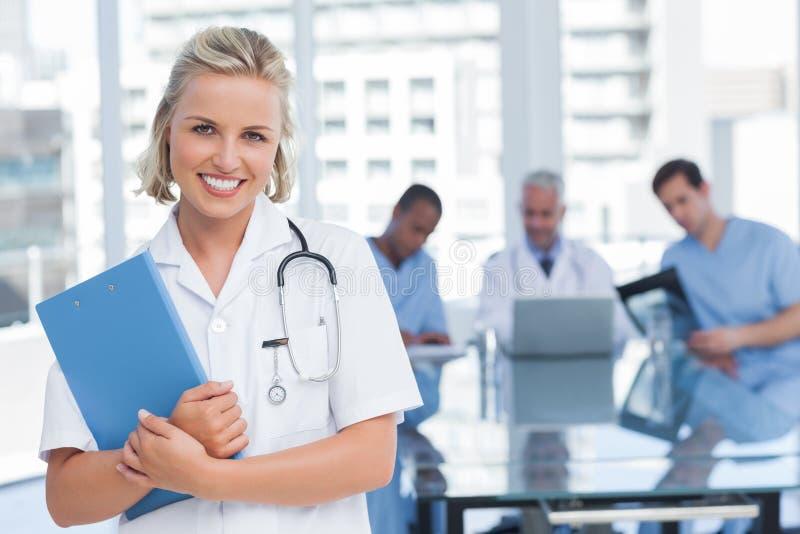 Lächelnde Krankenschwesterholdingdatei lizenzfreie stockfotografie