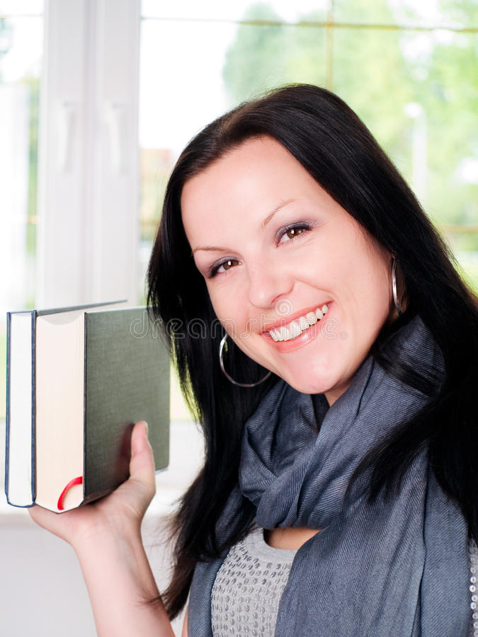Lächelnde Kursteilnehmerholdingbücher lizenzfreies stockfoto