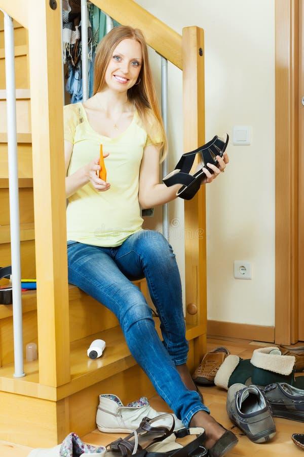 Lächelnde langhaarige Frau mit Schuhen stockfotos