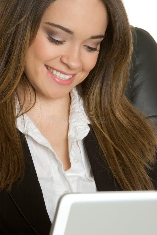 Lächelnde Laptop-Geschäftsfrau stockfotos