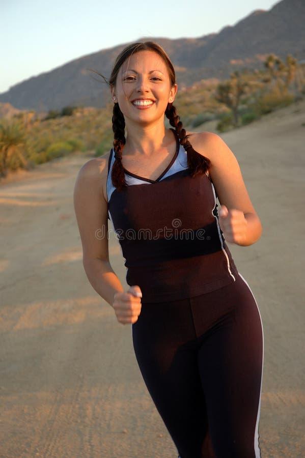 Lächelnde laufende Frau stockfotografie