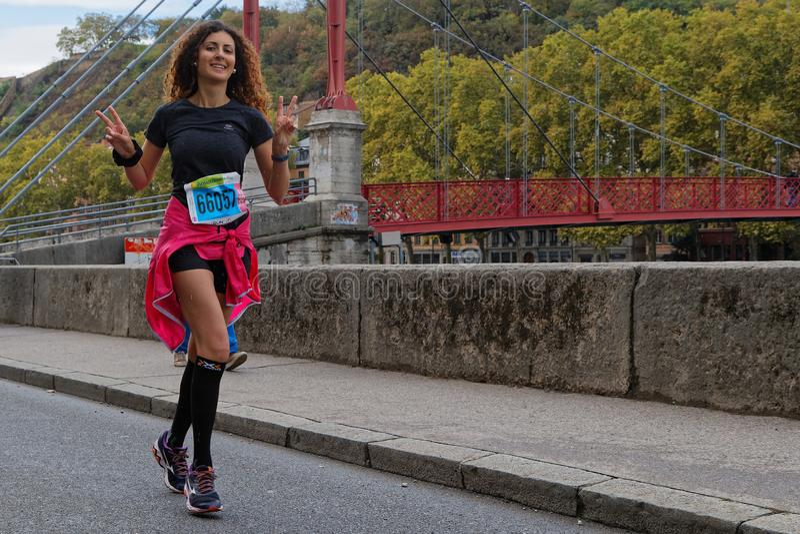 Lächelnde laufende junge Frau in Lyon stockfotos