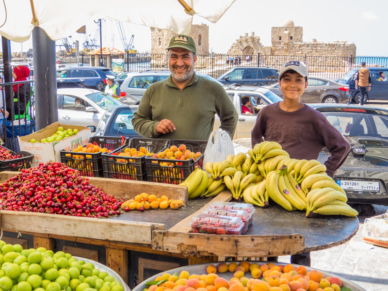 Lächelnde libanesische Obst-und Gemüsehändler lizenzfreie stockbilder