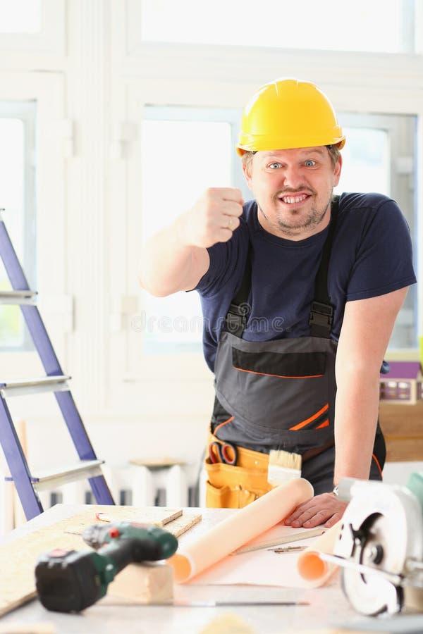 Lächelnde lustige Arbeitskraft im gelben Sturzhelm lizenzfreie stockfotos