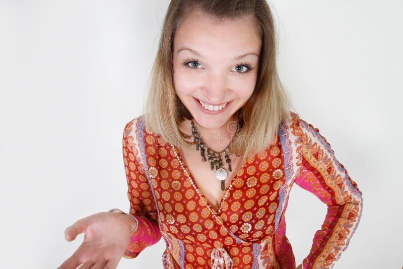 Lächelnde lustige junge Frau lizenzfreie stockfotos