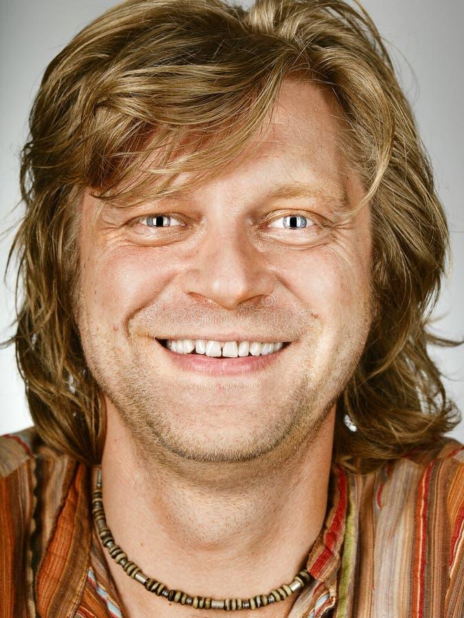 Lächelnde Mannnahaufnahme stockfoto