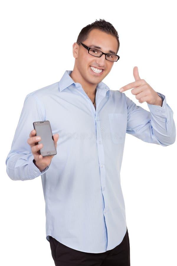 Lächelnde Mannvertretung seines Mobiles stockfotos