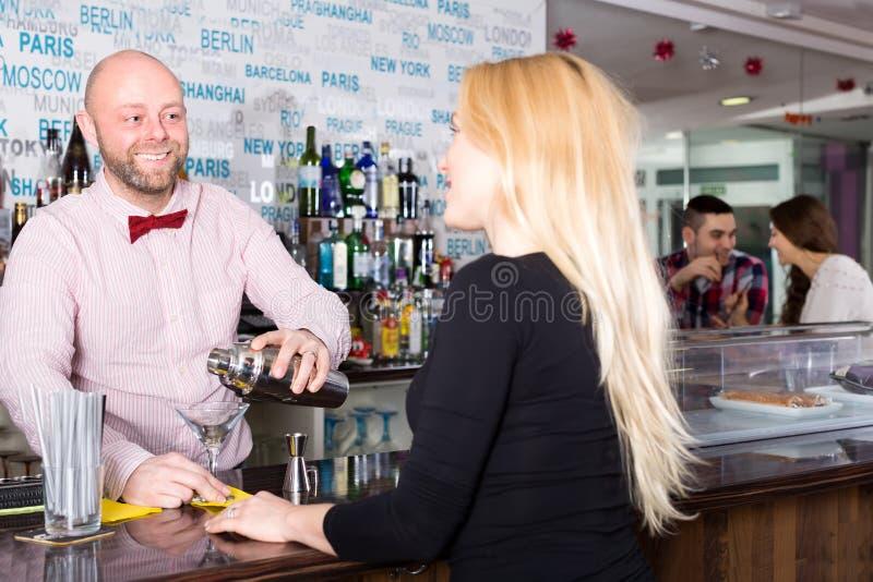 Lächelnde mischende Cocktails des Kellners lizenzfreie stockfotografie