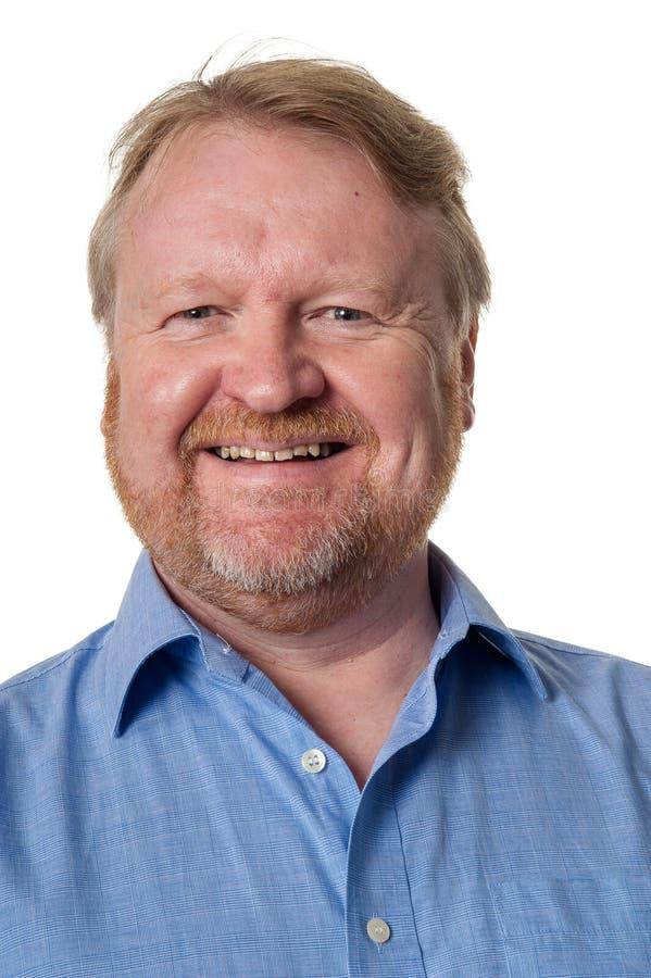 Lächelnde Mitte alterte bärtigen Kerl im blauen Hemd - auf Weiß lizenzfreie stockfotos