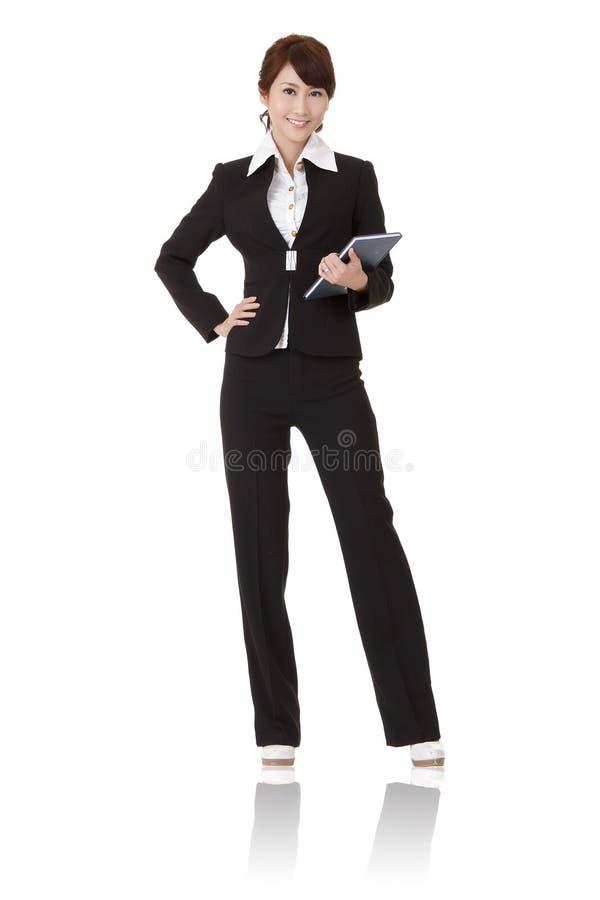 Lächelnde moderne Geschäftsfrau stockfotografie