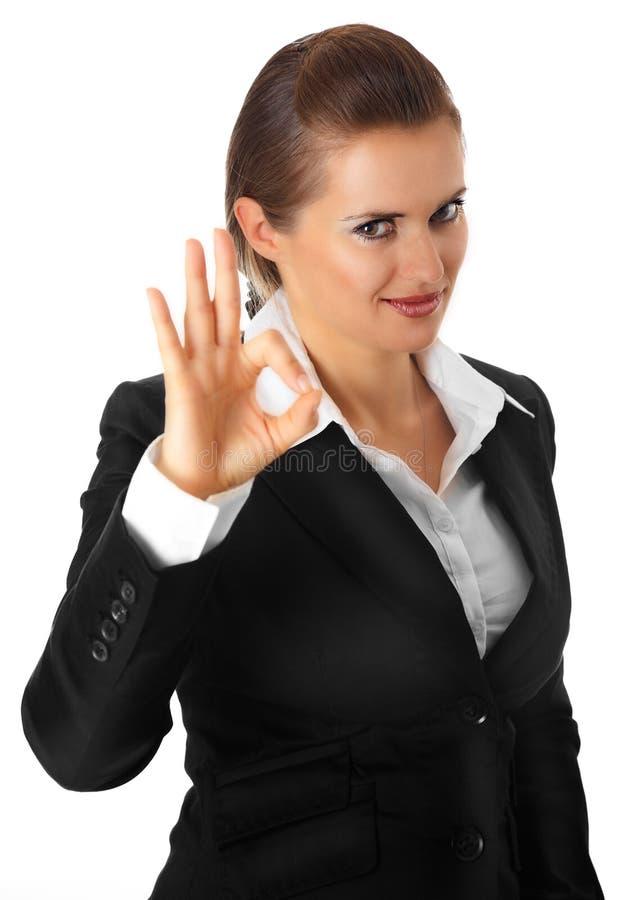 Lächelnde moderne Geschäftsfrau, die okaygeste zeigt lizenzfreie stockbilder