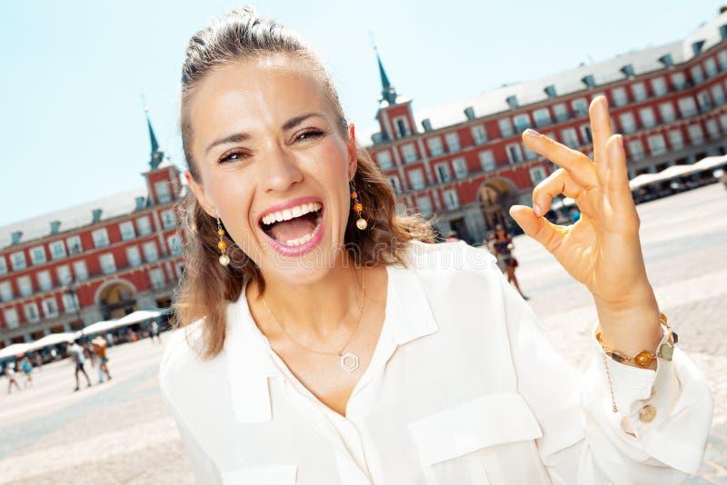 Lächelnde modische Frau an Piazza-Bürgermeister in Madrid, Spanien Vertretungs-O.K. stockfotografie