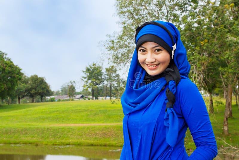 Lächelnde moslemische Frau. stockfotos