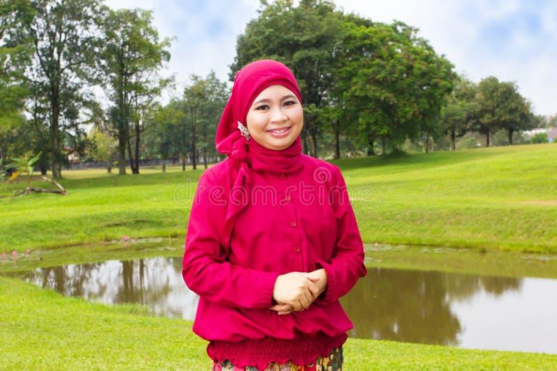 Lächelnde moslemische Frau. lizenzfreie stockfotos
