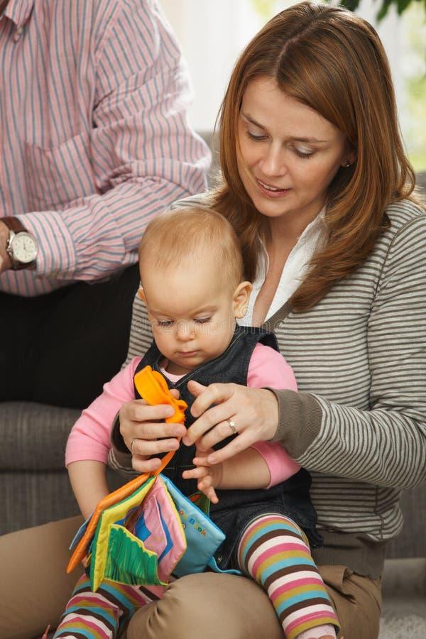 Lächelnde Mutter mit Schätzchen stockfotografie