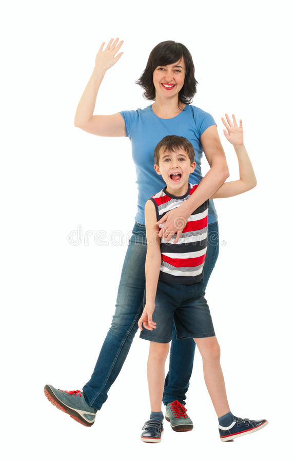 Lächelnde Mutter und Sohn lokalisiert auf Weiß lizenzfreie stockfotos