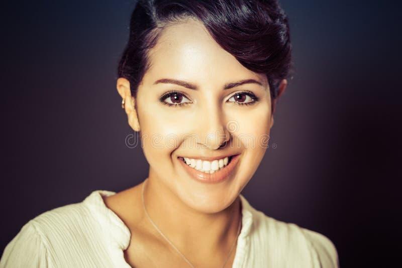 Lächelnde nahöstliche Frau lizenzfreie stockfotografie