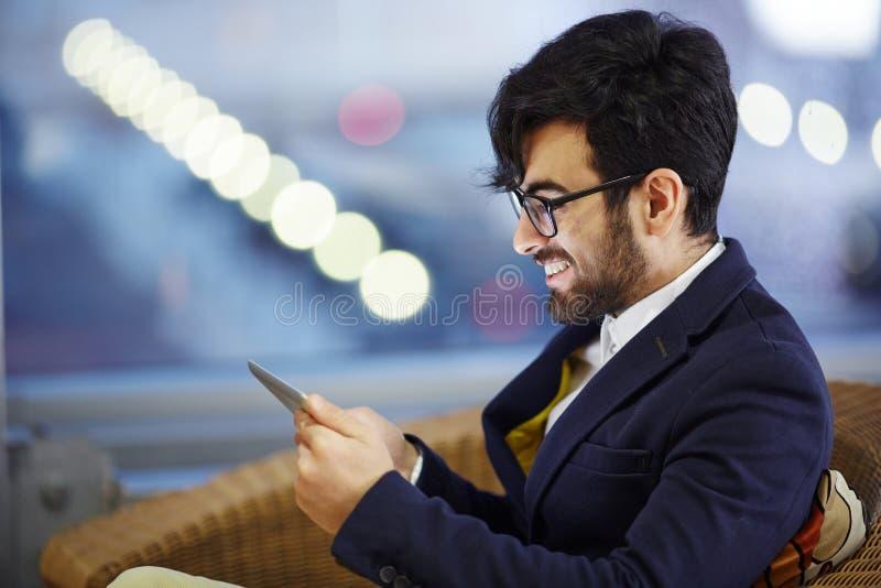 Lächelnde nahöstliche Geschäftsmann-Reading Good Text-Mitteilung lizenzfreies stockbild