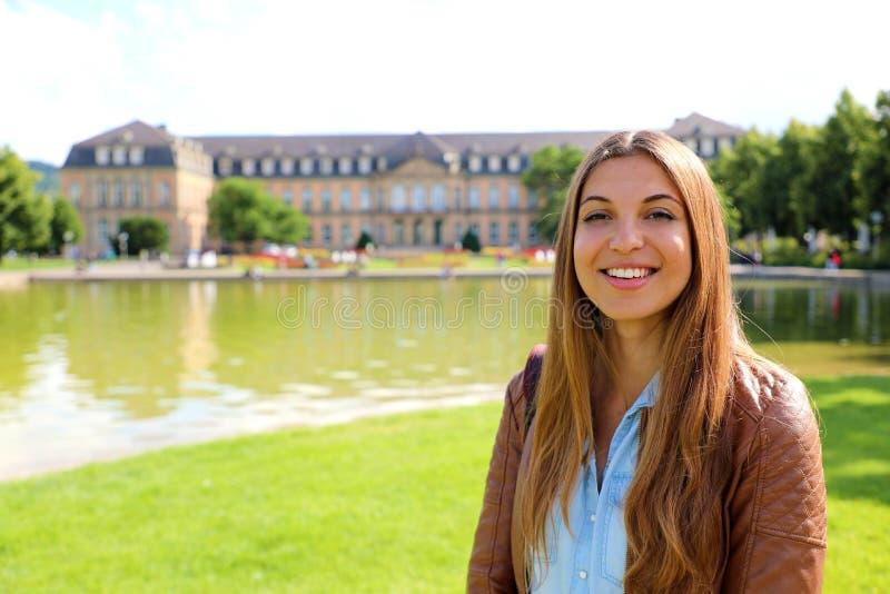 Lächelnde nette junge Frau vor neuem Palast Neues Schloss von Stuttgart, Deutschland lizenzfreie stockfotografie