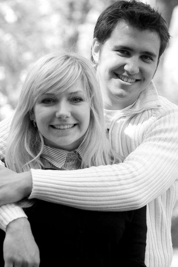 Lächelnde Paare lizenzfreie stockfotos