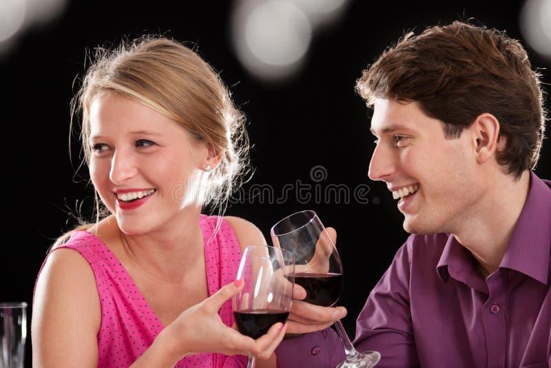 Lächelnde Paare lizenzfreies stockbild
