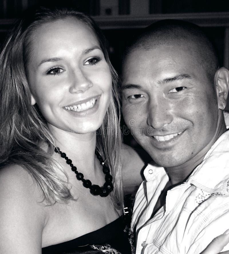 Lächelnde Paare B&W stockbilder