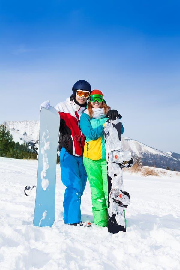 Lächelnde Paare in den Sturmhauben, die zusammen stehen stockfoto